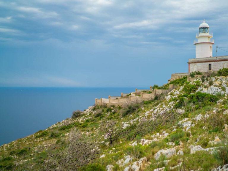 Faro en la costa mediterránea